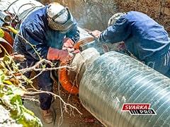 Сварщике на монтаже трубопровода