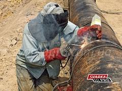 Выполнение сварного шва при прокладке трубопровода